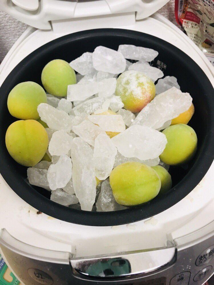 これが(炊飯器に氷砂糖とヘタを取った梅を入れ保温する) こうして(10時間後) こうじゃ!(梅シロップできあがり!)