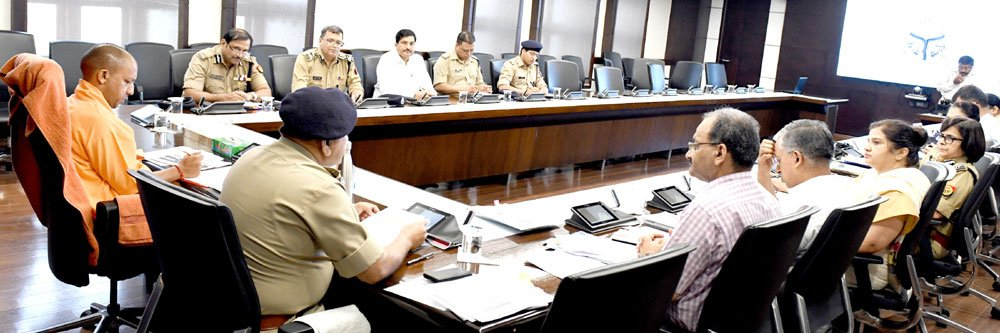 उ.प्र. पुलिस अब निरंतर फुट पेट्रोलिंग करेगी। प्रभावी पुलिसिंग और अपराध नियंत्रण के लिए वरिष्ठ अधिकारियों द्वारा क्षेत्र भ्रमण किया जाएगा, ADG, IG एवं DIG जैसे वरिष्ठ पुलिस अधिकारी भी फील्ड में भ्रमण करेंगें। पुलिस कप्तान भी अब प्रतिदिन अलग-अलग थाना क्षेत्रों का भ्रमण करेंगे।