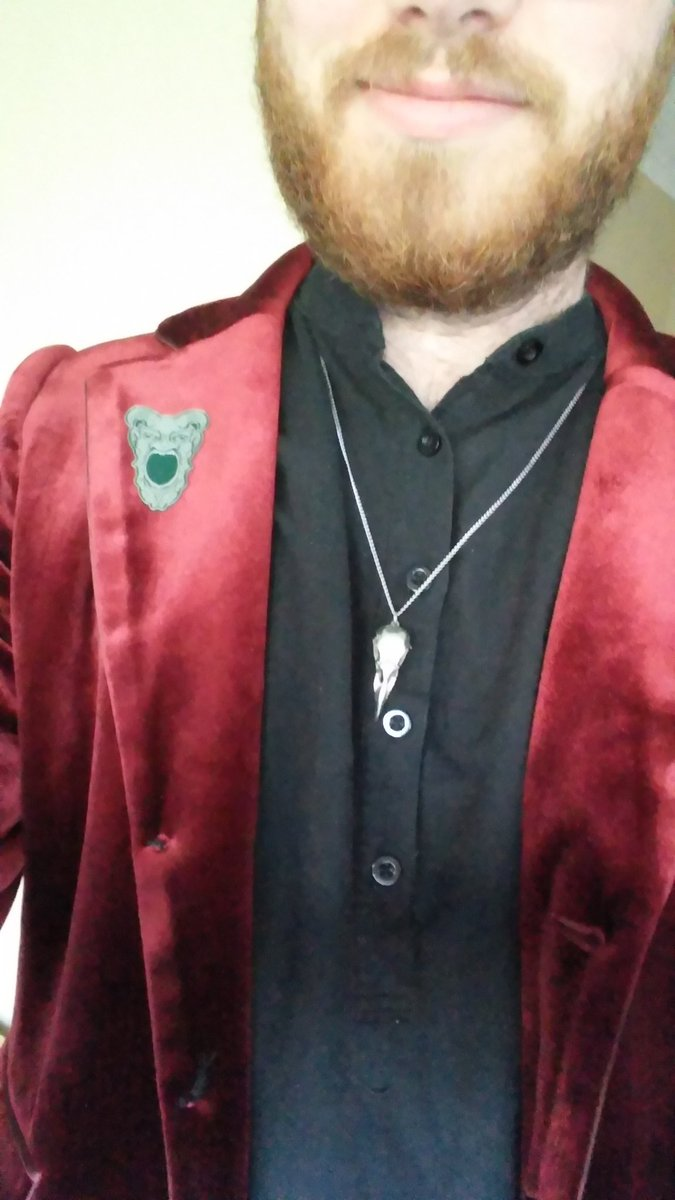 And to top it off, I dressed for the character with this beautiful velvet jacket and a Tomb of Annihilation pin that I got from #DnDLive2019. <br>http://pic.twitter.com/nt4UXhhDdB