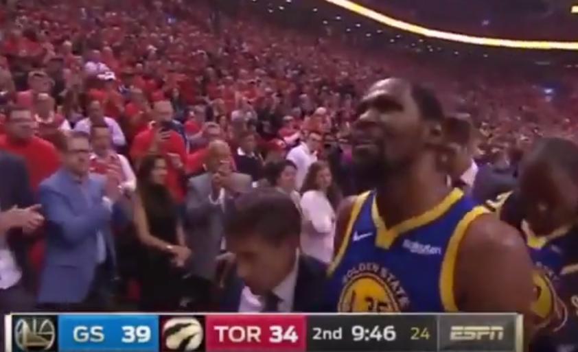 【影片】鬱悶!杜蘭特受傷一瘸一拐被攙扶回更衣室,離場時痛苦地大喊「F**K」!-籃球圈