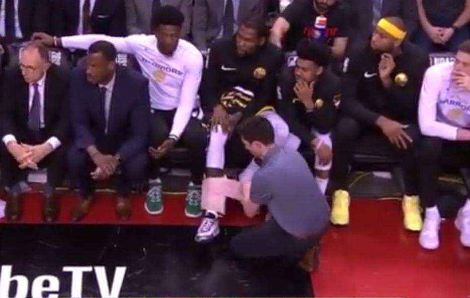 【影片】兩顆三分連得6分後,杜蘭特下場休息,工作人員立馬給他右腳纏上厚厚的冰袋!
