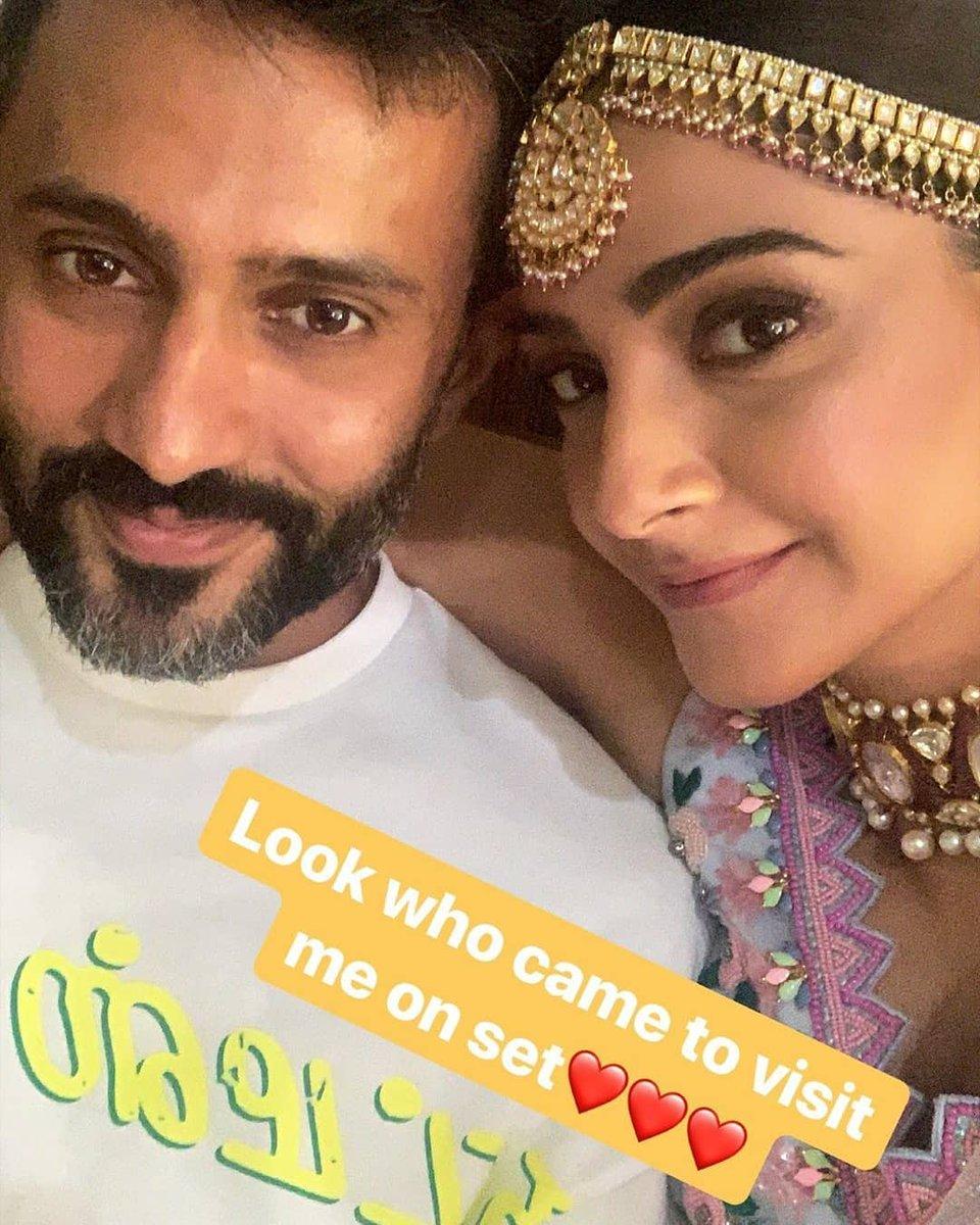 Anand Ahuja visits wifey Sonam Kapoor Ahuja on the sets.  #sonamkapoorahuja #anandahuja #sonamanand #everydayphenomenal #couple #couplegoals #hubbywifey #husbandgoals #awwdorable #btown #actor #bollywood  #tadkabollywood #bollywood