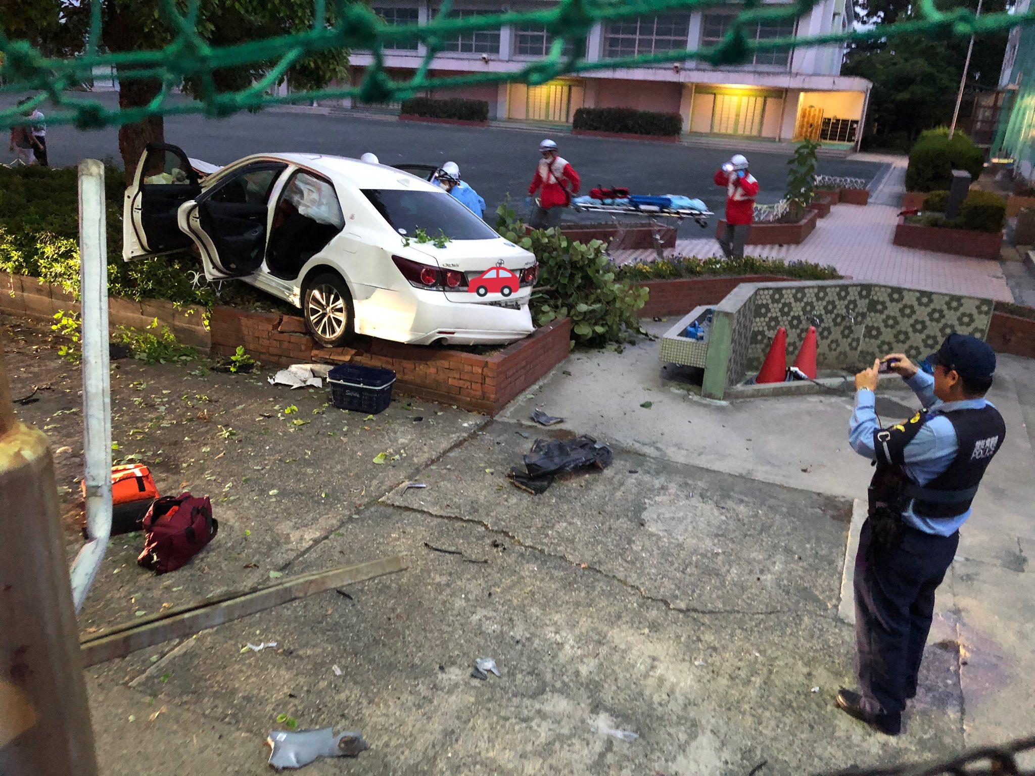 伊勝小学校にクラウンが突っ込んだ事故現場の画像
