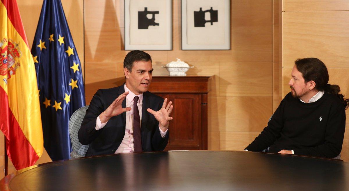 El presidente del Gobierno en funciones, Pedro Sánchez, reunido con Pablo Iglesias en el Congreso de los Diputados.