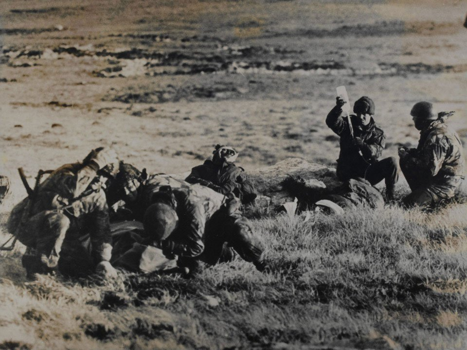 Tonight marks the 37th anniversary of the Battle of Mount Longdon during the Falklands conflict of 1982. The 3rd Bn @TheParachuteReg supported by @ArtilleryRoyal and @RoyalNavy captured the mountain in the first phase of the battle to liberate Port Stanley. #Remembrance