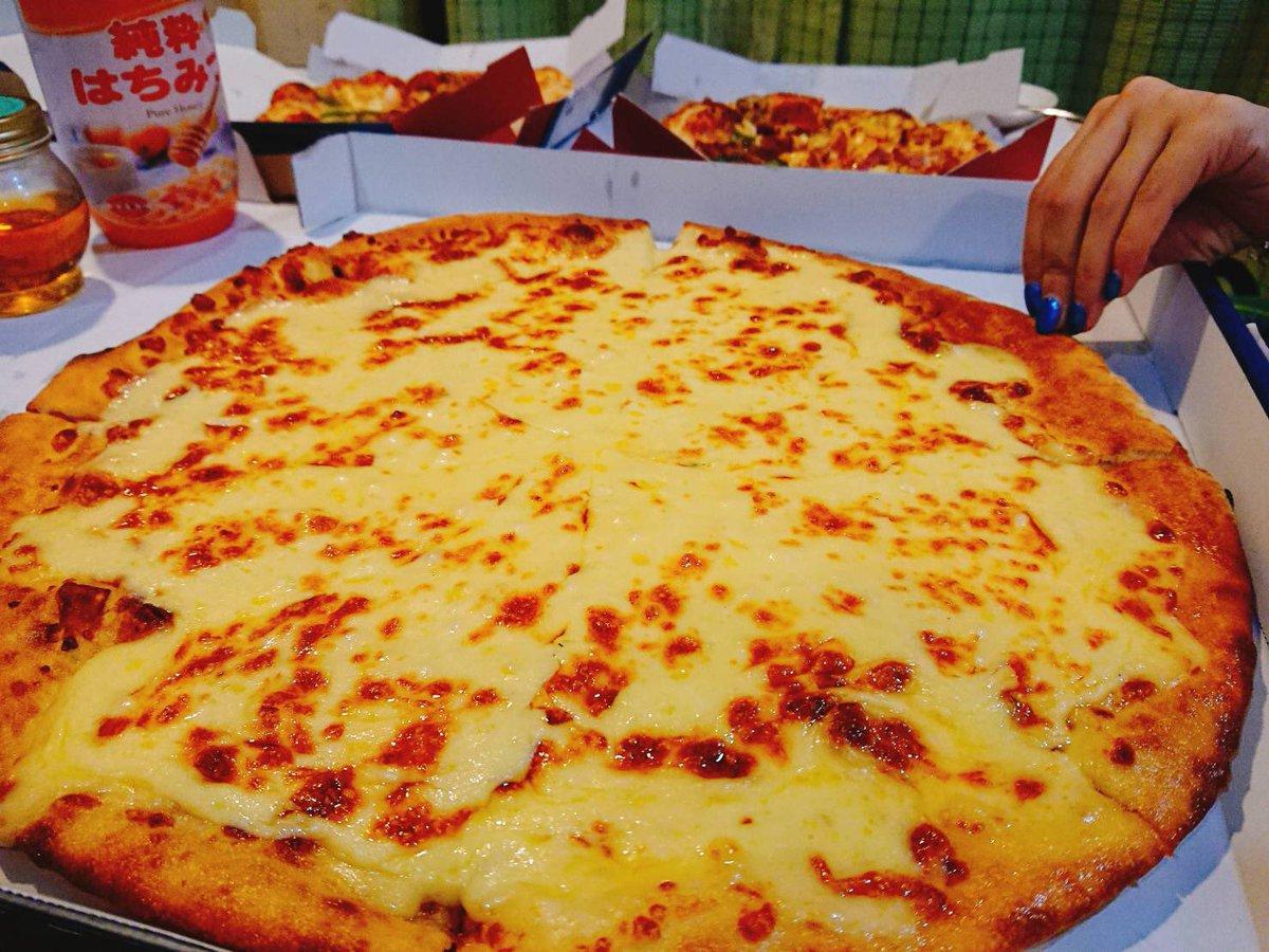 ドミノピザのニューヨーカー1キロウルトラチーズを頼んだんですけどマジで生半可な気持ちで頼んだらダメ。死ぬほどでかい。生半可な気持ちだった私は「チーズだけじゃ飽きちゃうから普通のピザ頼んで、それにプラスもう一枚付いてくるからお得だね 」なんつって今頭抱えてる。