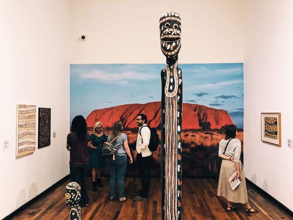La exposición Tiempo de soñar: arte aborigen de Australia sigue disponible en el Instituto Cultural Cabañas, no pierdas la oportunidad de admirarla; los martes la entrada es gratuita.