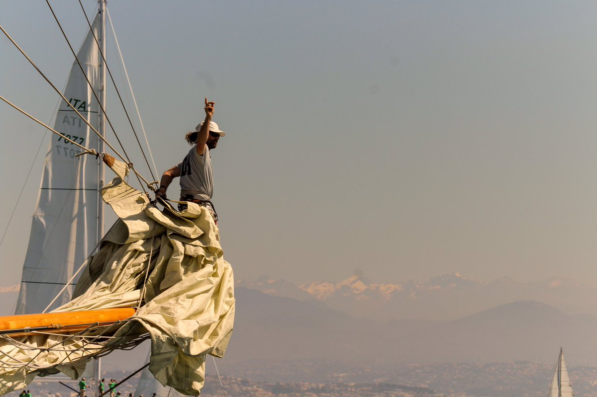 La force élégante des hommes de la mer du sud 💙 . #CotedAzurFrance #cotedazurnow #FrenchRiviera #LavergneEugenie #visitcotedazur #Antibes @srantibes #lesvoilesdantibes @antibes_jlp @AntibesTourisme @PortVauban @rivieraports #sailingintolove #sailing #bigboat @VisitCotedazur