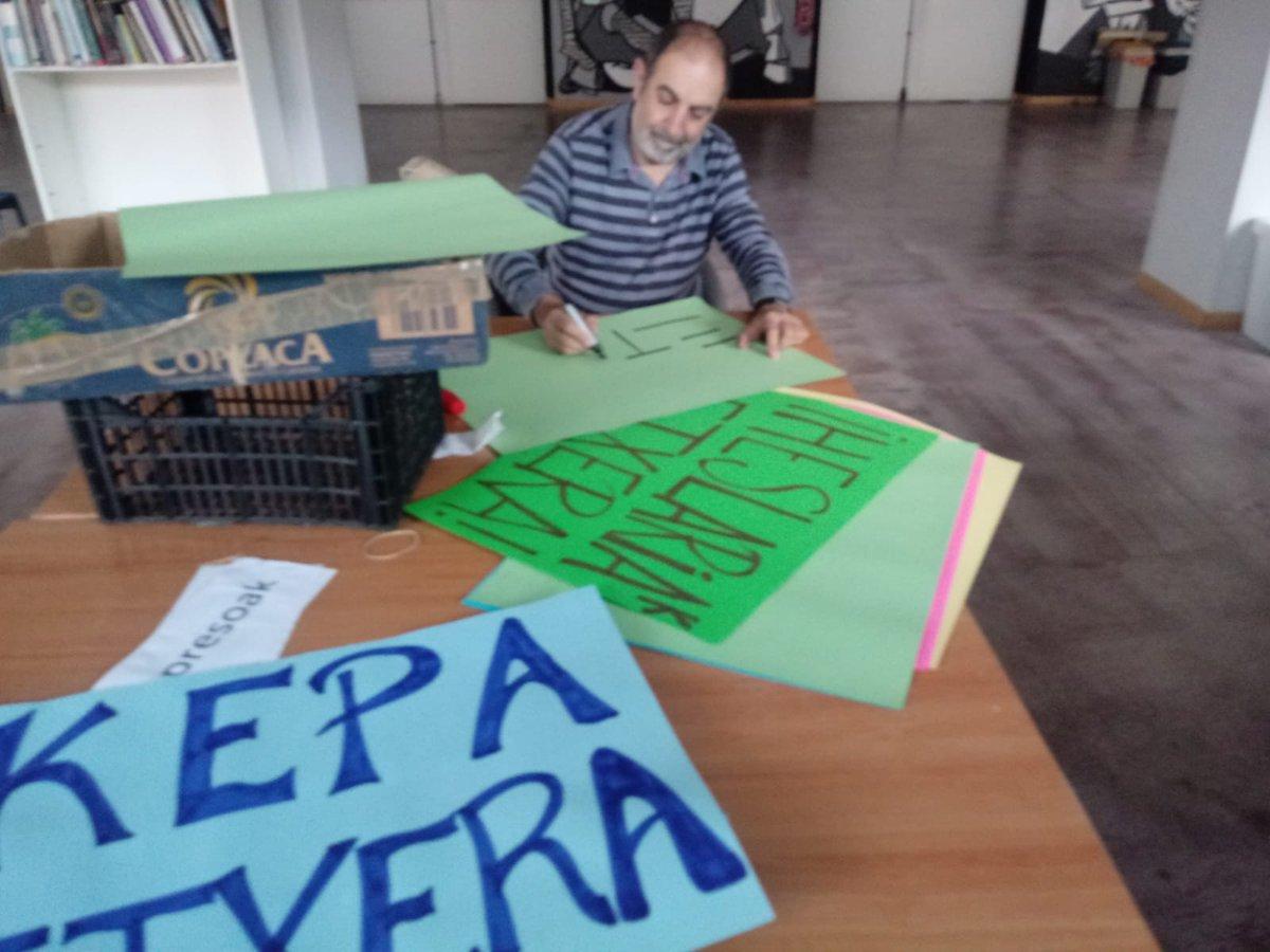 Prestaketa lanetan gabiltza @AstraGernika, ostiraleko manifestaziorako #ek14 Guztion artean lor dezakegu! Etxera! @sare_herritarra https://t.co/2NT9rtehqt