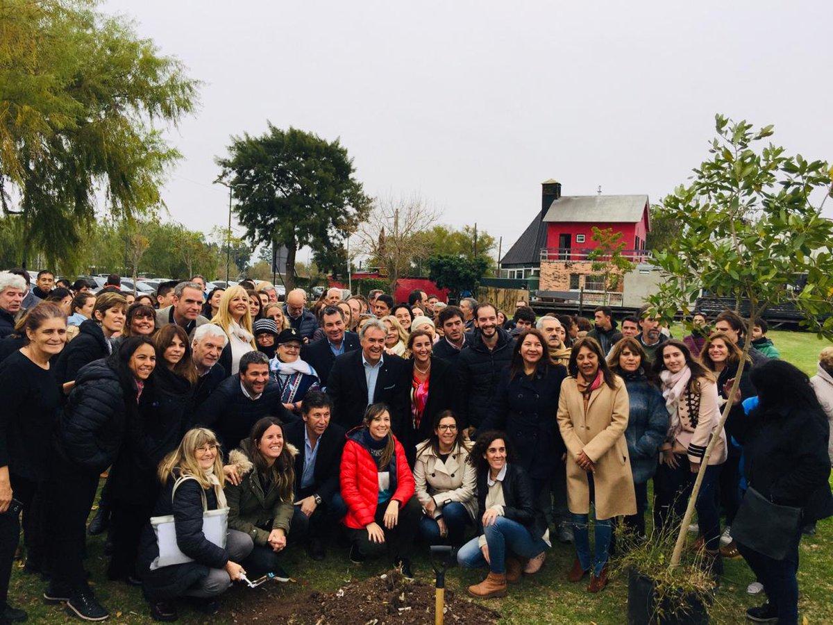 En el marco del mes de concientización sobre la #ViolenciaDeGénero, plantamos junto a #ProMujeres #SanIsidro un árbol en la costa del distrito como símbolo del cuidado y la vida.  @mariuvidal @gustavoposse @Vossmartin @martinezbgaby @rosaliafucello @MarieSchvartz