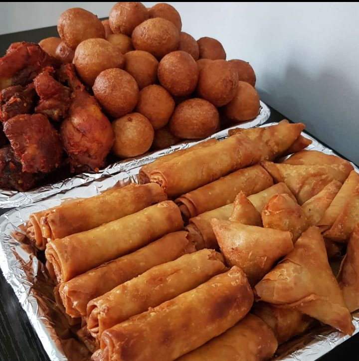 Hey tweetfam! so due to popular demand we've decided to introduce our 5k platter.  which contains the following:  10 pieces of gizzard 7 pieces of chicken 5 Sausages 10 samosa 10 spring roll 28 puff puff  Contains 70 in all. For just 5k #abuja #NGAGUI<br>http://pic.twitter.com/8gtKkQDERE