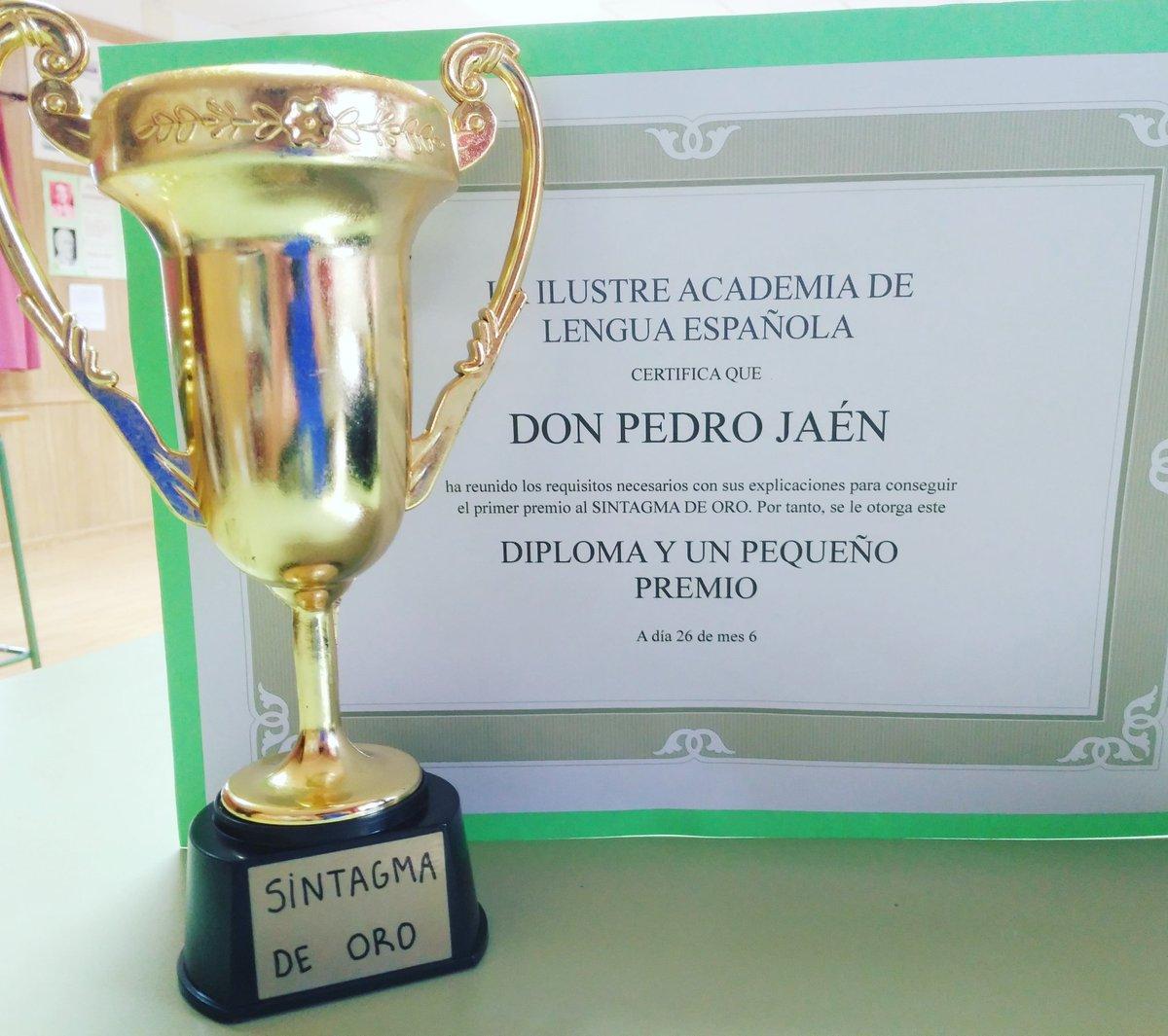 En el mismo día, los de 2° de Bachillerato me entregan el #SintagmaDeOro y me invitan a su fiesta de #Graduación. ¡Cuánto honor! #GRACIAS 🏆😍♥️🇪🇺 #EuropaEsMiColegio