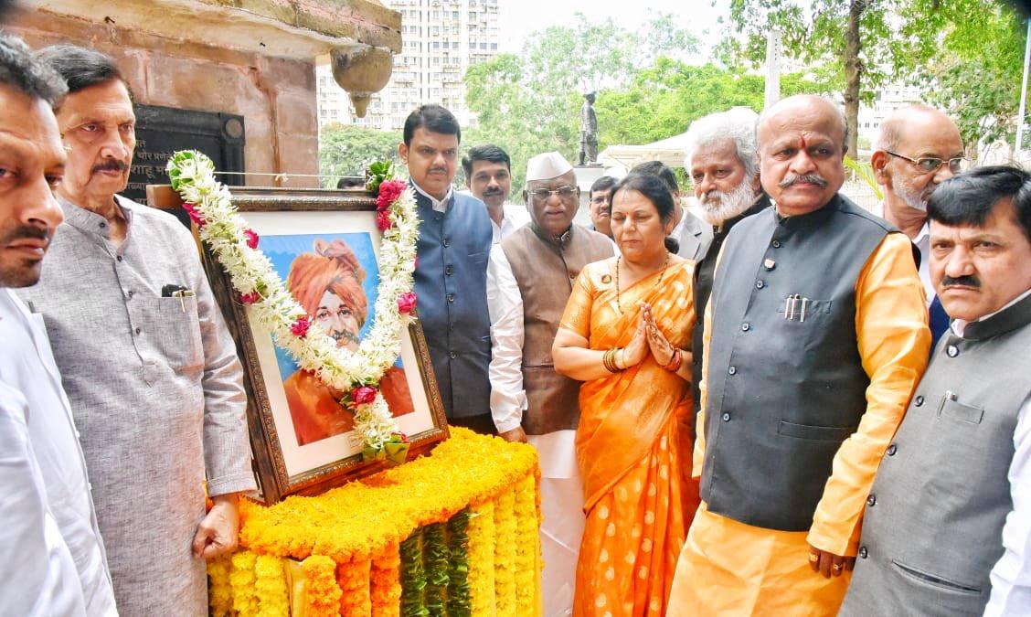 CM @Dev_Fadnavis paid tributes to Chhatrapati Rajarshi Shahu Maharaj on his birth anniversary at Vidhan Bhavan, Mumbai, earlier today, with Assembly Speaker Haribhau Bagde ji, Council Chairman Ramraje Nimbalkar ji, Deputy Chairperson @neelamgorhe , Ministers and other leaders.