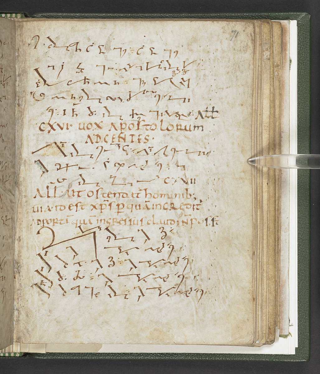 Can you read this page? This 1,200-year-old Latin psalm book is written in Tironian notes, the most popular shorthand system in the ancient world. Tiro invented it more than 2,000 years ago to help him write down his master Cicero's speeches. #MakingYourMark #NationalWritingDay<br>http://pic.twitter.com/294aDUEY32