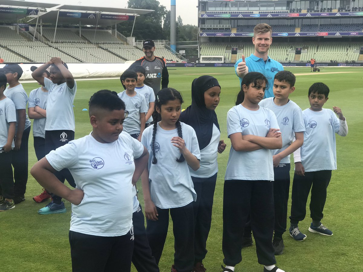 What have we got here?! @JimmyNeesh, @manuz05, @ish_sodhi, @HenryNicholls27 & @shanejurgo lend a hand and a 👍🏽 at the @ICC Cricket 4 Good coaching day 🏏#OD4C #BACKTHEBLACKCAPS