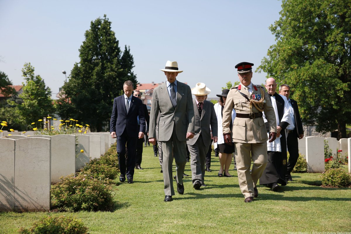 Last week, The Duke of Kent carried engagements in Serbia. HRH, who is President of @CWGC, first visited the Commonwealth War Graves Commission cemetery in Belgrade and laid a wreath to commemorate over 450 servicemen who are buried in the cemetery. #RoyalVisitSerbia