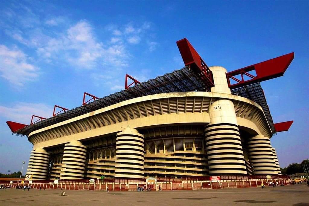 """OFFICIEL : Le mythique stade #SanSiro va être démoli 😢 Paolo Scaroni (président du #Milan AC): """"On va faire un nouveau stade près du vieux. San Siro sera abattu et il y aura de nouvelles constructions à sa place""""."""
