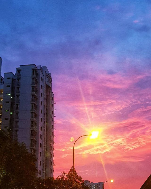 Someone decided to paint the sky in strong colour this evening  #singapore #ig_singapore #paintedsky #reddusk #samsungphoto #samsungnote9