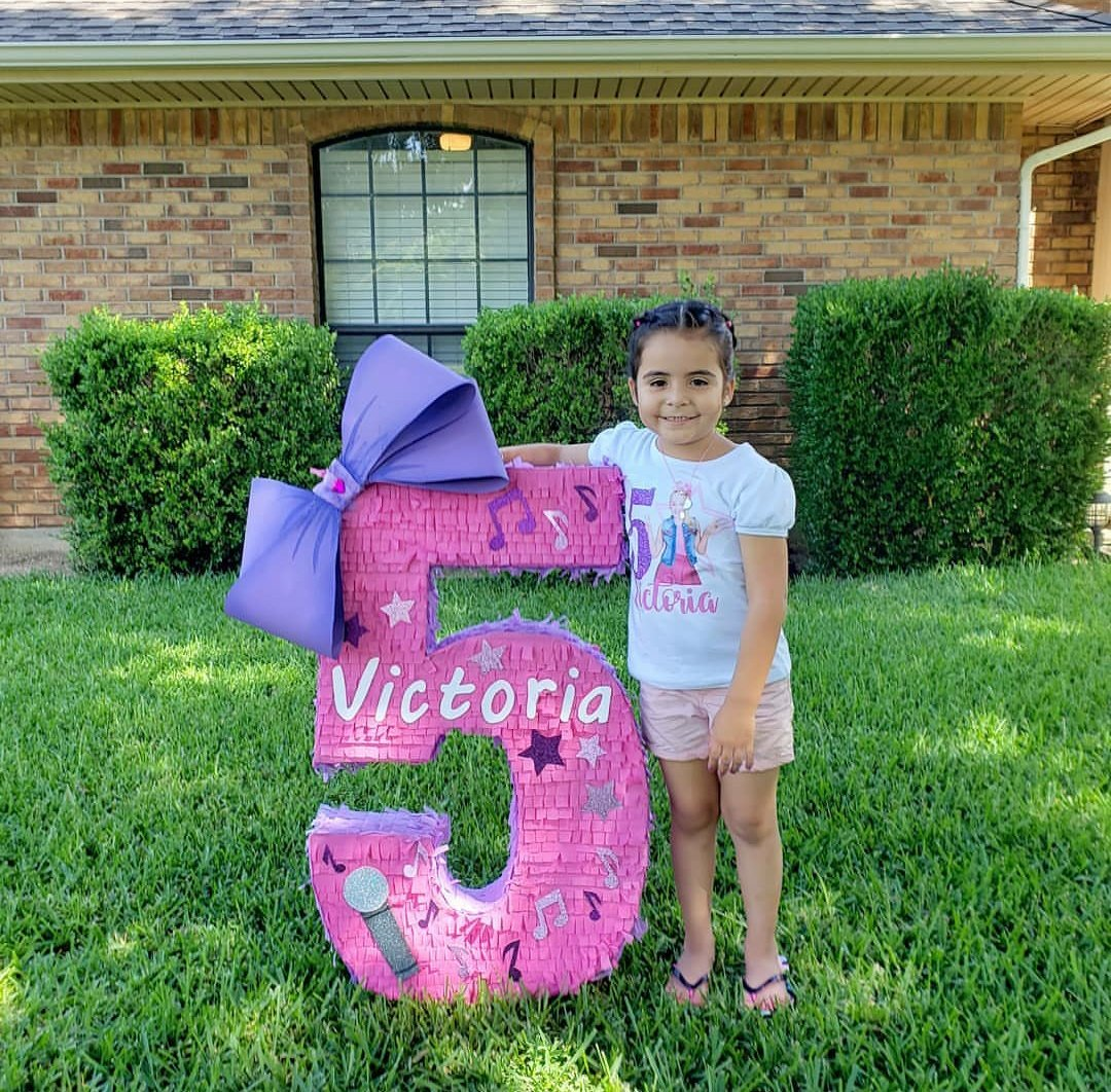 Hoje é aniversário da irmã de Selena, Victoria Gomez. Parabéns, Tori!💕🥰 #HappyBirthdayTori