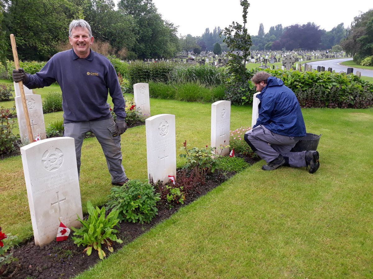 RT @ElizbethjmSmith: Was worth popping in to @CWGC Stonefall today whilst in Harrogate as I met Alex who has just started with the Commission today. Here he is under Lesters watchful eye! Cemetery looking beautiful!