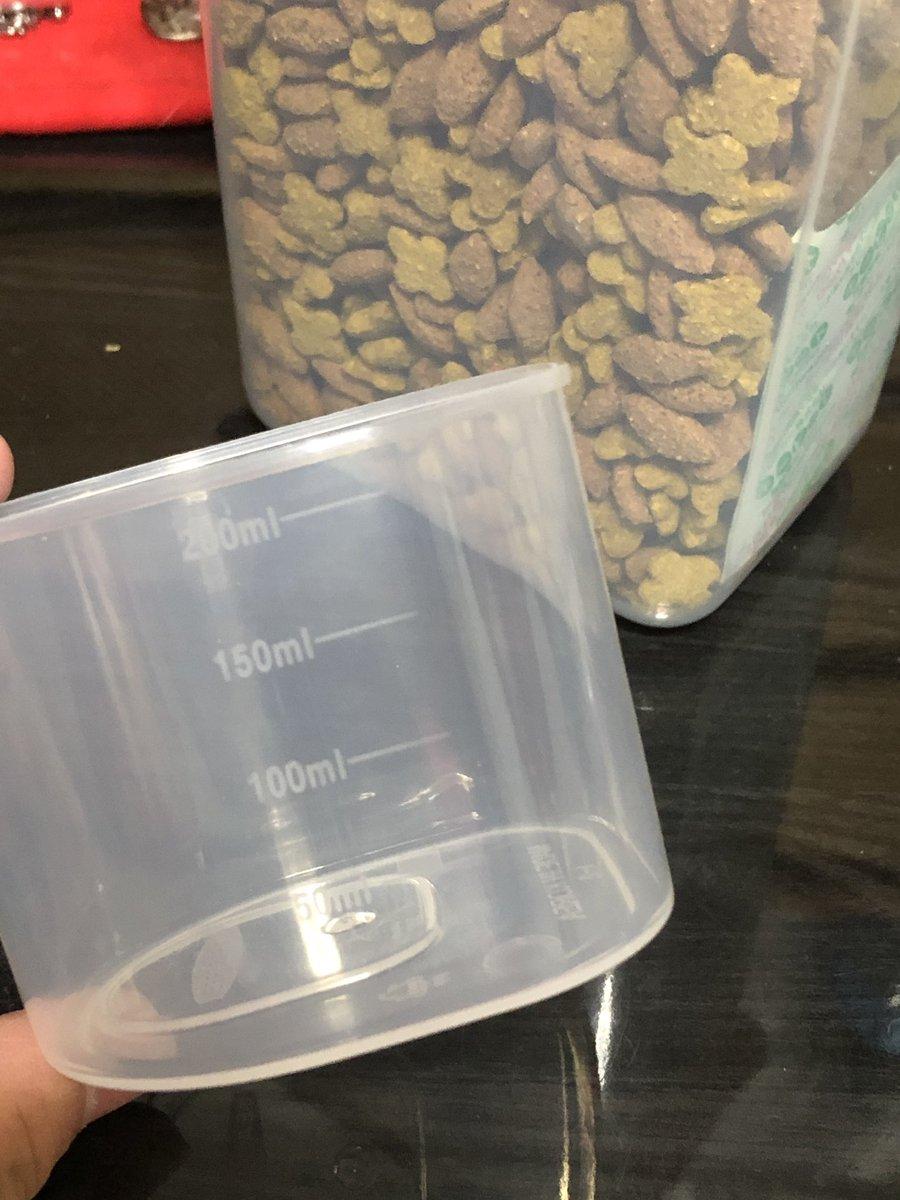test ツイッターメディア - #ダイソー にハムスターのフード保存容器を探しに行ったらこれを発見!!  新商品らしく穀物保存容器と書いてありました! ハムスターのフード保存容器にピッタリ( •̀∀︎•́ )✧︎ 計量カップ付きで便利! フードと穀ミックス用にと2つ購入しましたが、1つキャットフード用にと母親に取られました笑 https://t.co/cPUVQ09Gfd