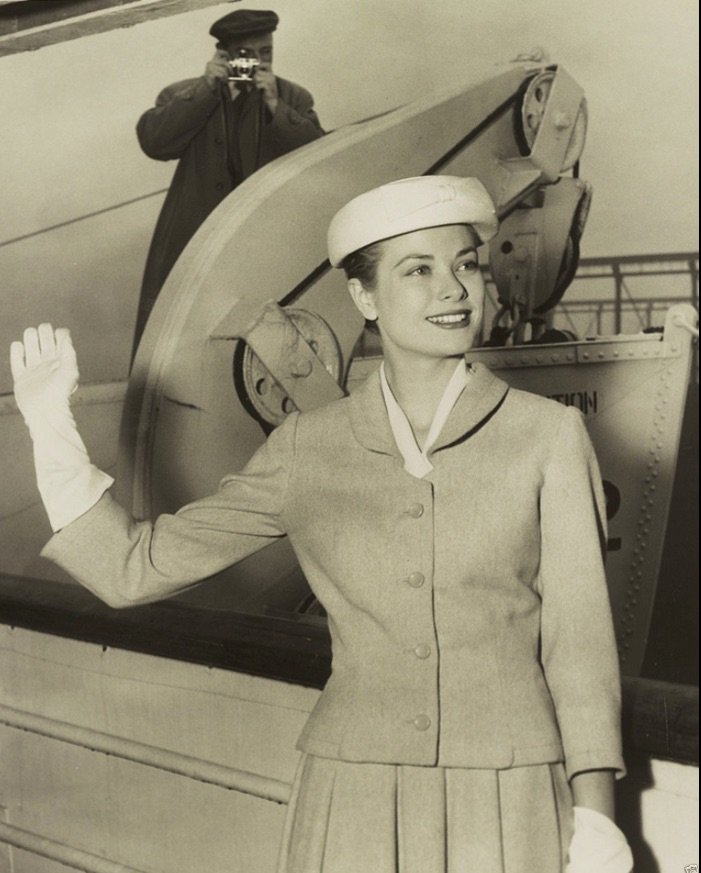 Grace Kelly waves as she leaves for Monaco, but she's also waving at us as we head off to work today. #gracekelly #beauty