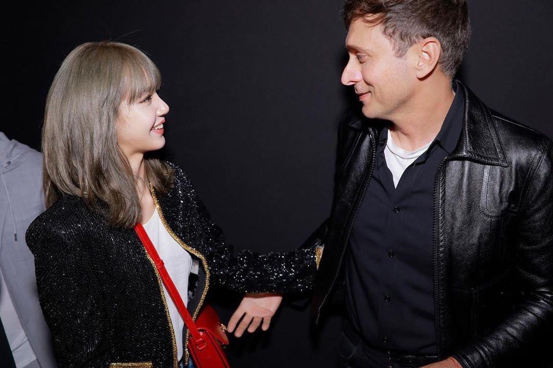 """Lisa admira mucho Hedi, ya lo había mencionado anteriormente en una entrevista para dazed """"...Sería genial conocer a Hedi Slimane en persona algún día."""" Bueno queen YOU WANT IT, YOU GOT IT 💜 #LISAXCELINE #BLACKPINK"""