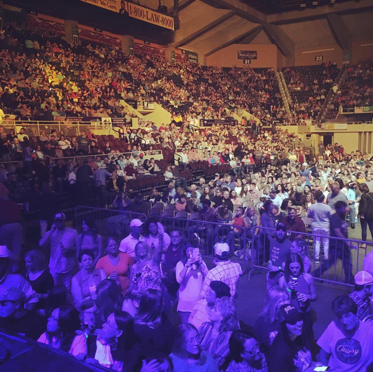 Audience shot before the Alan Jackson Show started in Roanoke, VA!!! #OpeningAct #AlanJackson #AlanJacksonTour pic.twitter.com/mCjrfp9SPk