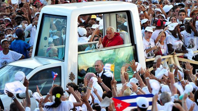#Canicule. Dès demain, la #papamobile sera transformée en #aquarium pour tenir le #pape au frais. Il sera cependant interdit de nourrir le Saint-Père lors de ses déplacements. 🐟🐠