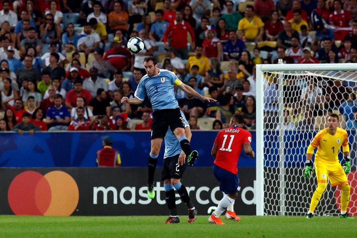 #CopaAmerica | #CHIURU Dans cette finale du groupe C, lUruguay a battu le Chili 1-0 grâce à Edinson Cavani ! 🇺🇾 Les uruguayens terminent donc premiers du groupe devant les chiliens.