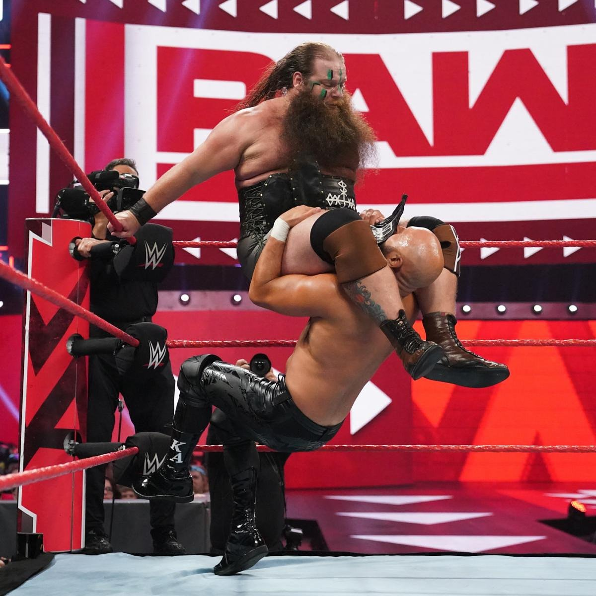 RT @Ivar_WWE: And.... Squish! #JoinTheRaid #VikingRaiders #VikingExperience #305Live #wwe #wweraw #raw https://t.co/WkAx9ZJ7qL