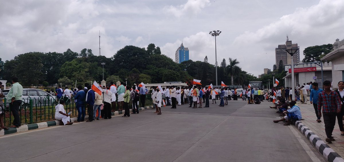 People from Valmiki community protesting in front of Vidhan Soudha. Traffic completely comes to a standstill so much so @DKShivakumar who couldn't cross Vidhan soudha took metro to reach his destination.