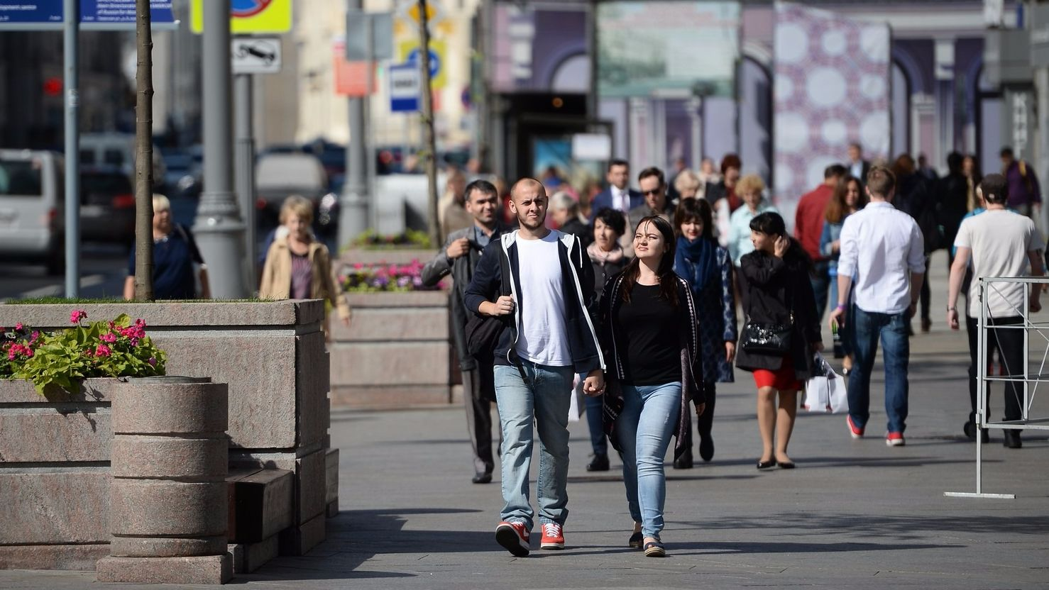 картинка люди на улице москвы присвоил авторство данной