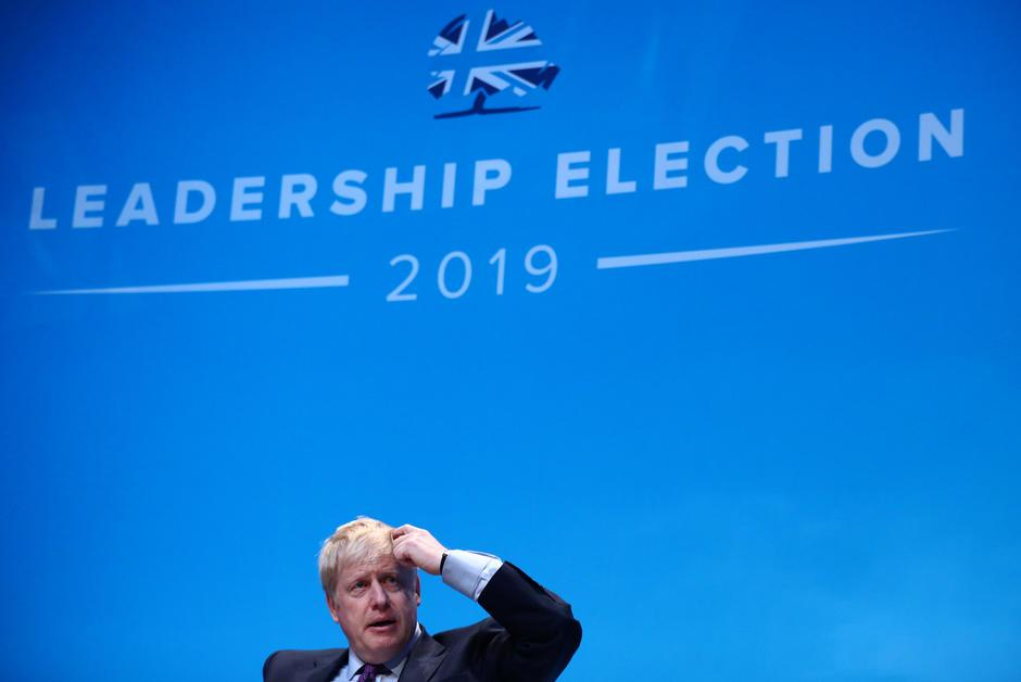 Alors qu'elle paraissait jouée d'avance, la succession de Theresa #May pourrait s'avérer plus palpitante que prévu à l'issue d'un week-end mouvementé pour Boris #Johnson, mis en difficulté après une intervention policière au domicile de sa compagne.   https://www. courrierinternational.com/article/decryp tage-archi-favori-boris-johnson-peut-il-encore-perdre-la-course-downing-street?utm_medium=Social&utm_source=Twitter&Echobox=1561448152  … <br>http://pic.twitter.com/xM8DQcyXKZ