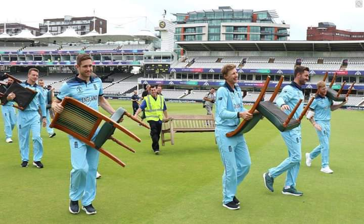 #CWC19 #ENGvsAUS #AUSvPAK #England #Australia England team players bringing their seats themselves for a group photo! Nice gesture. School k din yad a gy😂😂