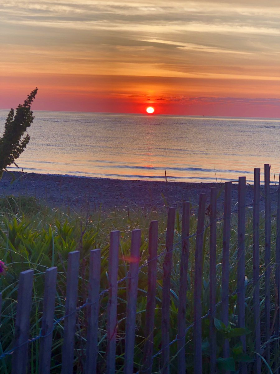 #Sunrise right Now on the SouthShore of #Boston in #NewEngland #CarpeDiem #lifeisgood #🌅 #Summer 2019 https://t.co/EmAl9kyo5C