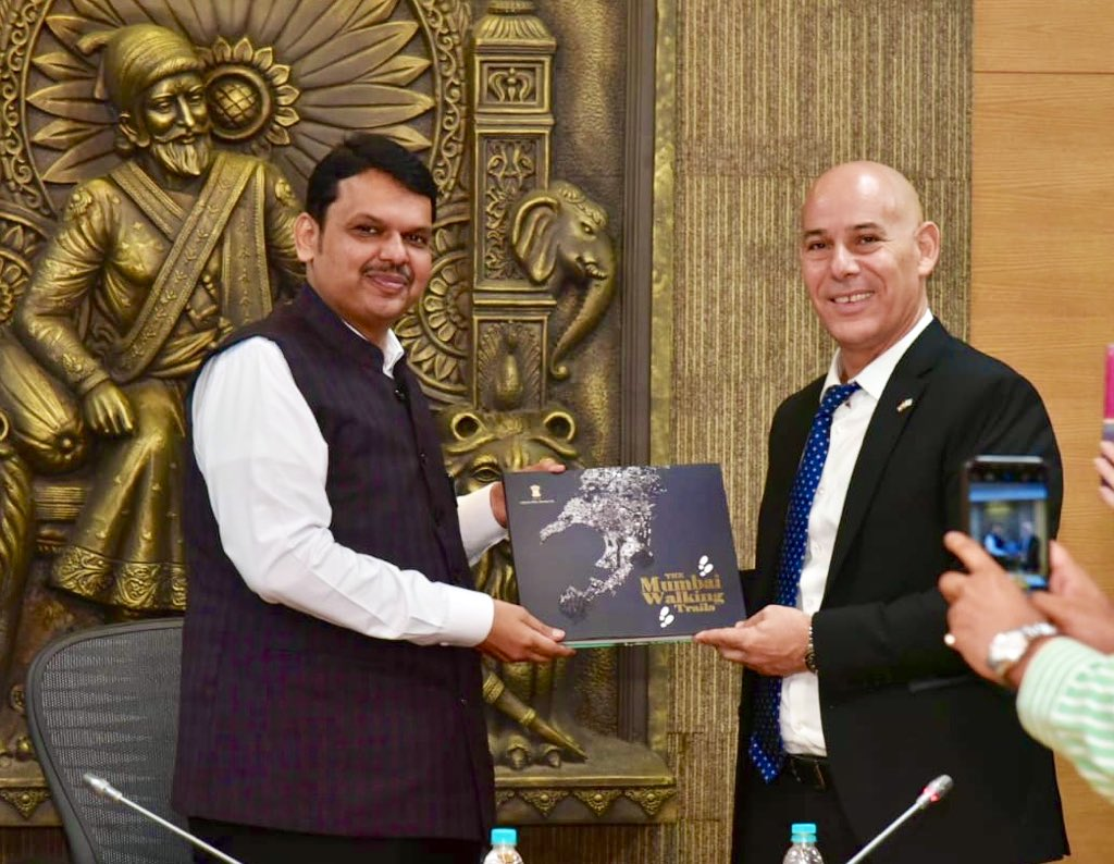 Dr. Ron Malka, Ambassador of Israel to India calls on CM @Dev_Fadnavis at Vidhan Bhavan, Mumbai to discuss increased cooperation in the field of agriculture, water recycling, knowledge sharing in these sectors & many other issues.  @DrRonMalka @israelinMumbai