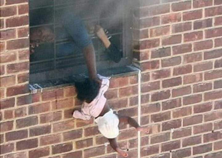 عندما احتـــــــــــرق منزلهم 😢 الأم اخرجت طفلها من النافذة حتى لا يحترق  وكانت هي التي تحترق💥. الأم حروف لاتكــــــفي لوصفها