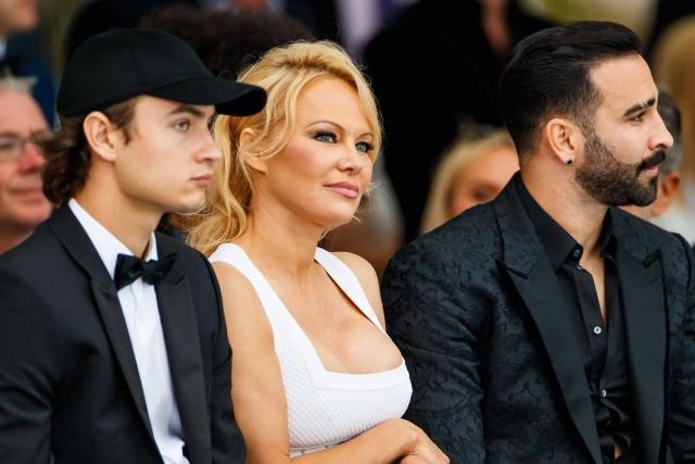 Pamela Anderson a annoncé sur son compte Instagram qu'elle se séparait d'Adil Rami, qu'elle décrit comme un «monstre qui menait une double vie depuis 2 ans». Elle a été trompée alors qu'elle «lui faisait confiance et qu'elle l'avait présenté à son entourage le plus proche.»
