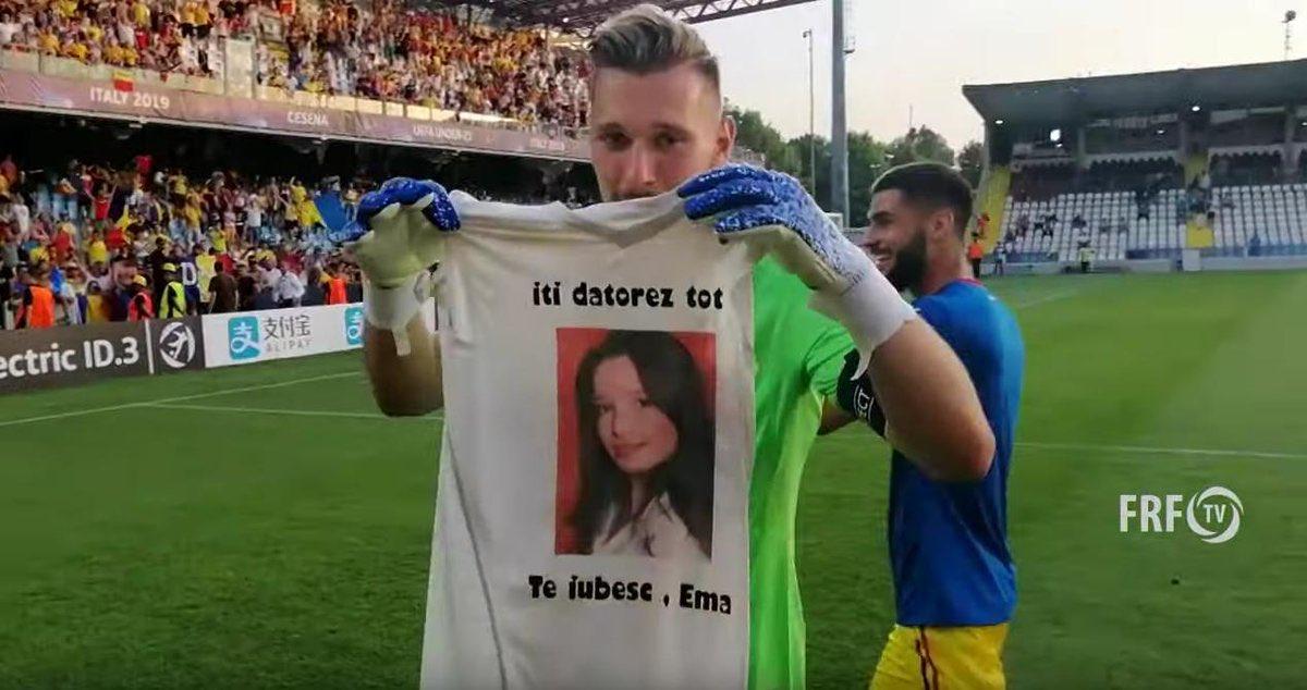Ionuț Radu, gardien U21 roumain, après leur victoire contre lAngleterre. 🇷🇴 Chaque match, il porte un t-shirt avec une photo de sa sœur. Elle est décédée en 2006, à lâge de 14 ans. Lorsquils étaient gosses, il lui avait promis de lemmener dans tous les stades du monde. ❤️