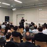 Image for the Tweet beginning: Voller Saal beim Vortrag von