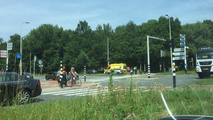 Klein ongelukje aan de Lozerlaan Den Haag waarbij opzittende scooter gewond raakte. In ambulance behandeld https://t.co/cbpvdX9ok2