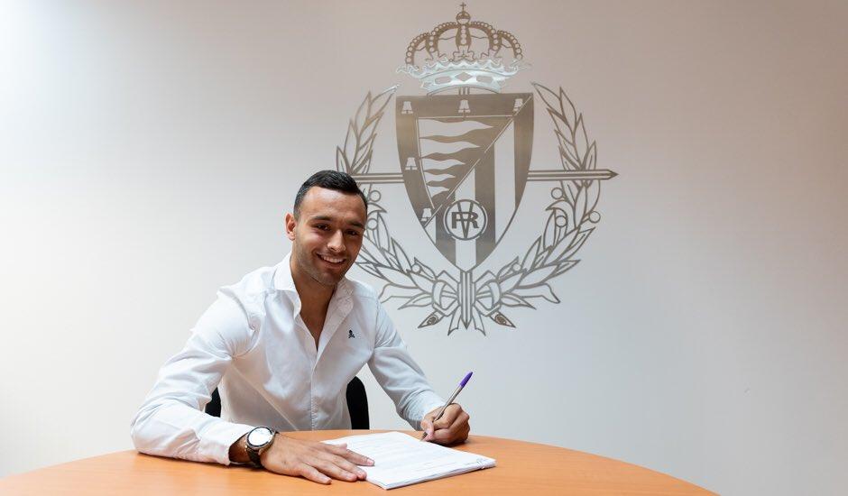 Roberto Corral, en la firma de su nuevo contrato (Foto: Real Valladolid).