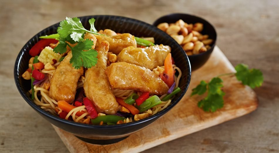 Dinner Recipe: 'Prawn'-Style Chow Mein by @frysfamilyUK    Use Fry's Meat-Free Crispy 'Prawns' to make this super quick & colourful noodle dish to impress your friends and family with!   https:// veganuary.com/recipes/prawn- style-chow-mein/  …   #TryVegan #VeganRecipes<br>http://pic.twitter.com/lANf5To78G