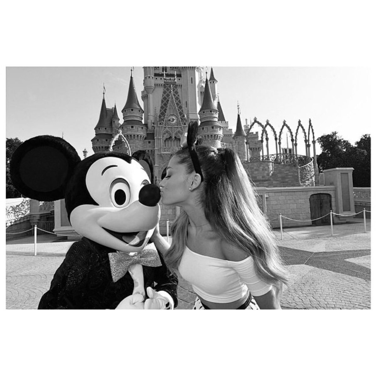 Ariana via Instagram 5 years ago today with the caption ' spending my last few days as a non 21 year old in one of my favourite childhood places with my favourite people ' ♡ (25th June 2014) <br>http://pic.twitter.com/3iGbX5XKeS