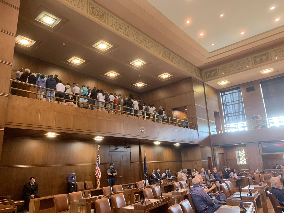 Young climate activists in the Senate gallery get up and turn their backs as Sen. Courtney announces the cap-and-trade bill is likely dead. #orleg<br>http://pic.twitter.com/eR7Wmq0VTW