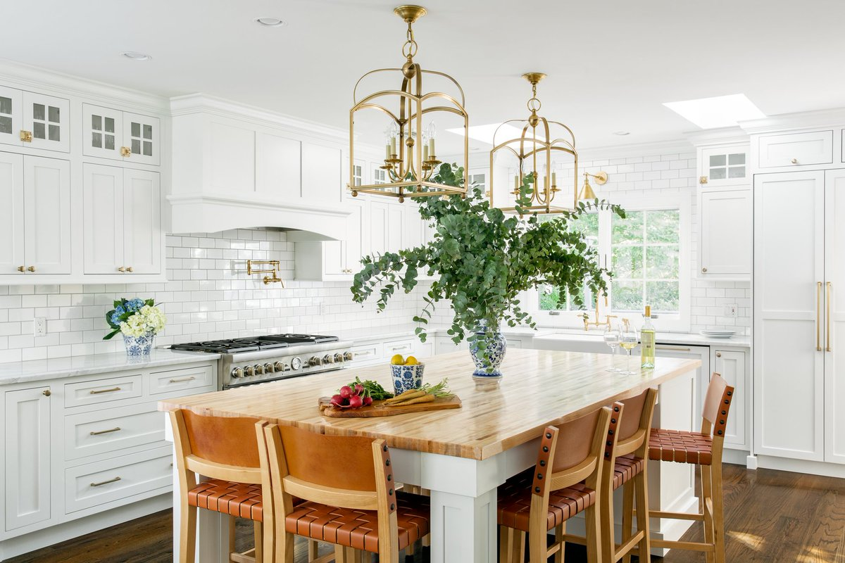 Designer Nicole Fisher channels the all-American aesthetic as she helps a young couple renovate a '90s-era home in Long Island.  Tour the modern American family home: https://t.co/QGifWjoqwX https://t.co/M2fj7nVE9q