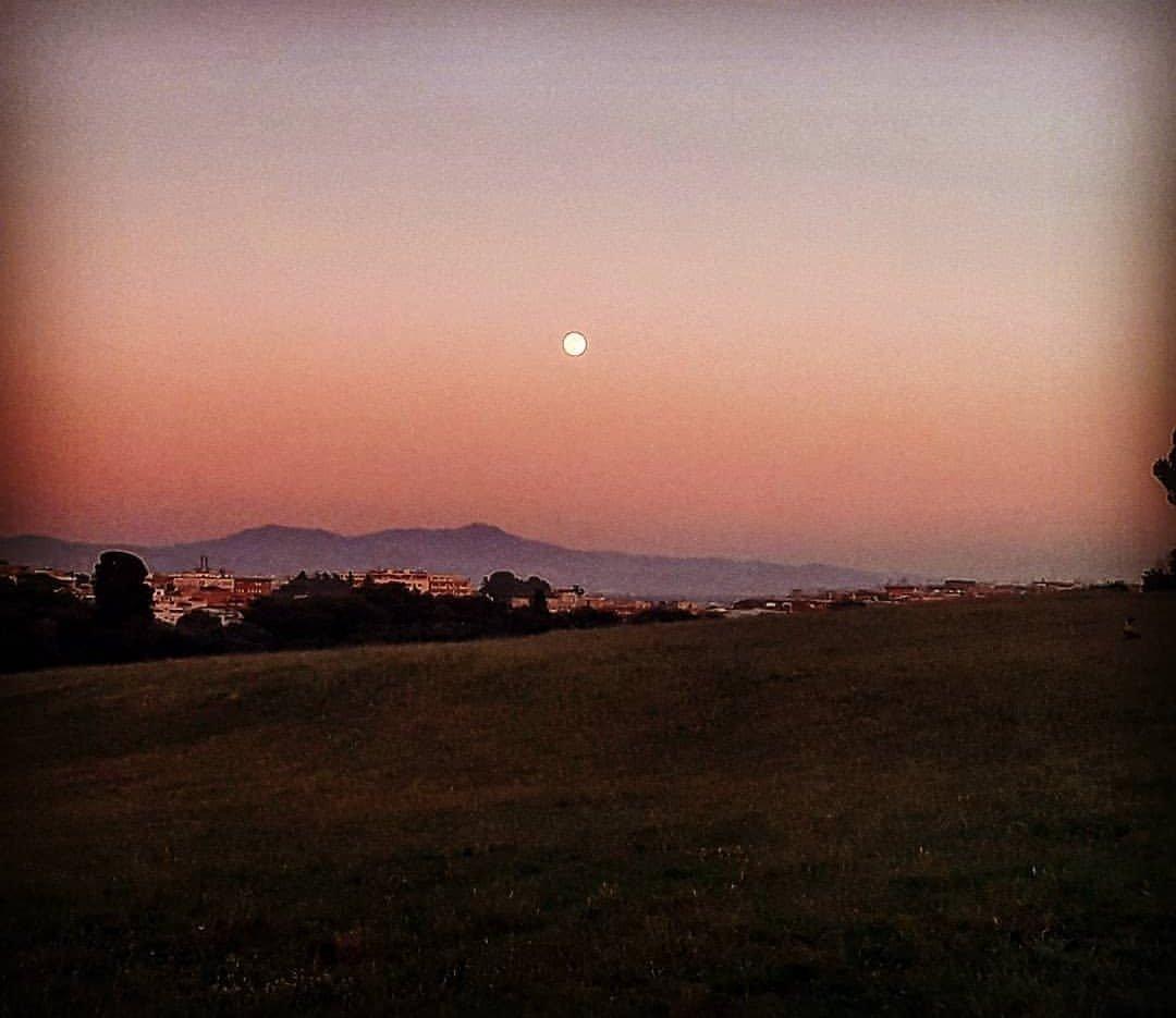 Dillo alla luna...🤩 #Roma #VillaPanphili #Luna #Tramonto #rossodisera #instagram #AssociazioneCulturale #Mandalica #workinprogress #moonlight #DreamingTogether