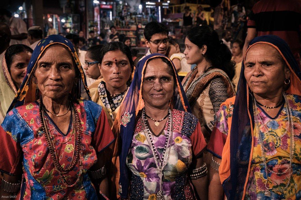 Puja at Dashashwamedh Ghat, Varanasi India.⠀ インドのガンジス河河畔で行われているプジャに見入る女性たち。⠀ http://www.instagram.com/atsuo.saijo/ ⠀ #India #Ganges #Hinduism, #Varanasi #travel #Fujifilm  #FujifilmXpro2 #インド #バラナシ  #ガンジス #ヒンズー教 #旅行