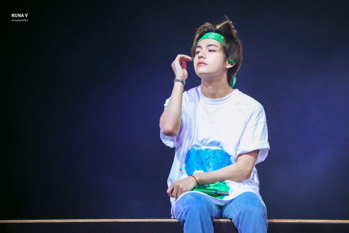 RT @_nuna_V: [HQ] 190615 팬들 바라보면서 노래하는 태형이 💜 #이삐사진전 #태형 #방탄소년단뷔 #BTSV #taehyung @BTS_twt https://t.co/ccPyAvEWmg